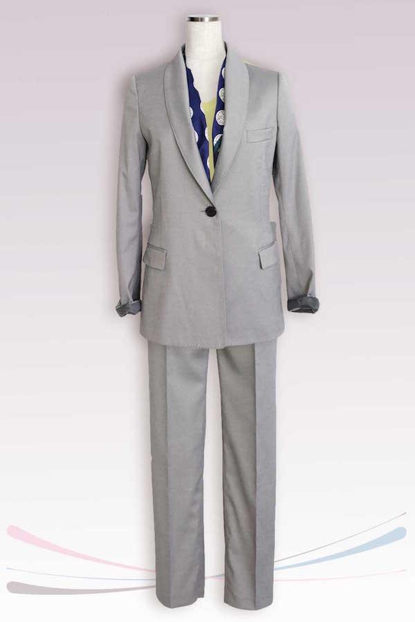 親しみやすさを感じさせる黄色をインナーにしたスーツスタイル