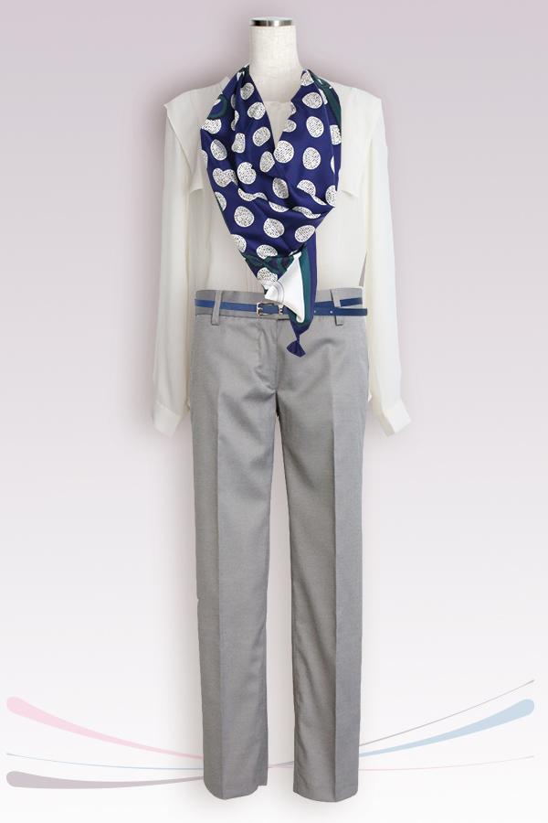 白いブラウスと濃色のスカーフのコントラストがWinterタイプにお似合い